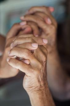 人物 老人 お年寄り 高齢者 シルバー  年老いた手 ハンドパーツ 手 指 ハンド  パーツ 手の表情 年老いた手 皺 しわ  シワ クローズアップ 二人 2人 握る 握りしめる 支えあう 支える 手を組む 愛情 両手 手元 手先 指先