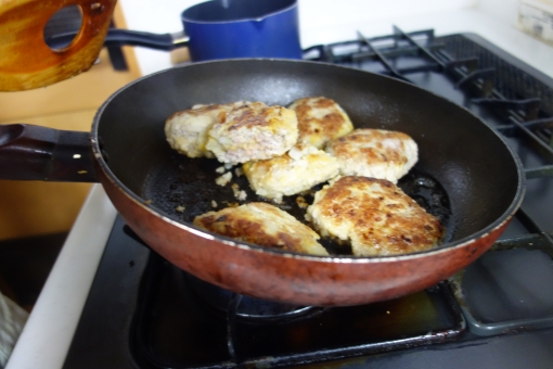 ライフスタイル 食べ物 家事 主婦 料理 クッキング 台所 キッチン 複数 肉 金属 鉄 調理 焼く フライパン コンロ 調理中 焼き色 ガスコンロ 頑丈 ハンバーグ 熱する 炊事 主夫 オカズ 食事の支度