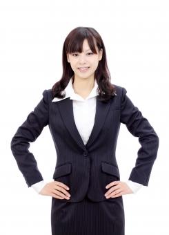 女性 人物 ビジネスウーマン 20代 二十代 女の子 若い 日本人 笑顔 えがお 可愛い かわいい ポートレート モデル 美しい 美人 きれい 綺麗 ビジネス オフィス スーツ オフィスレディー 会社 会社員 企業 仕事 働く ol 秘書 手 腰 自信 成功 威張る 威厳 腰に手を当てる 腰に手をやる 当てる 誇示 誇る ポーズ 朗らか にこやか ほほえむ 微笑む ほほえみ 微笑み 白 背景 白バック 白背景 スタジオ撮影 スタジオ 無地背景 1人 一人 余白 コピースペース アップ 上半身