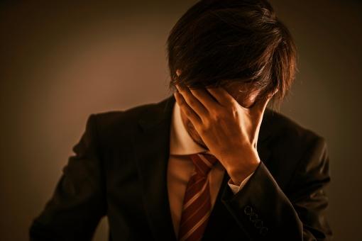 ショックを受ける男性の写真