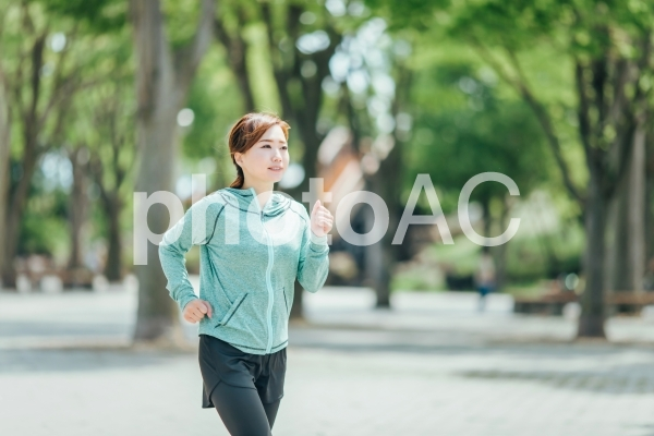 ウォーキングする女性の写真