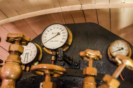 蒸気機関車 機関車 SL 汽車 圧力計 バルブ 配管 メーター メモリ 操縦 操作 機械 運転室 運転席 内部 レトロ 昔の 古い クラシック クラシカル 懐かしい 思い出 交通 鉄道博物館 てっぱく ボケ味