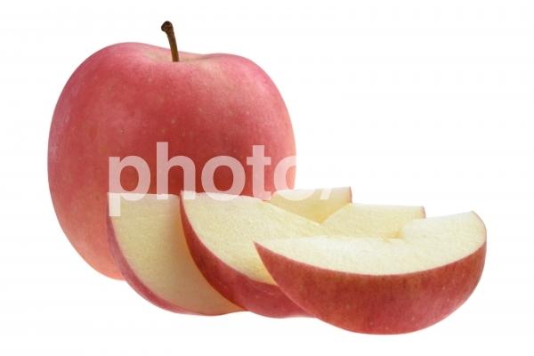 赤いリンゴ1個とカットされたリンゴの切り抜きpsdの写真