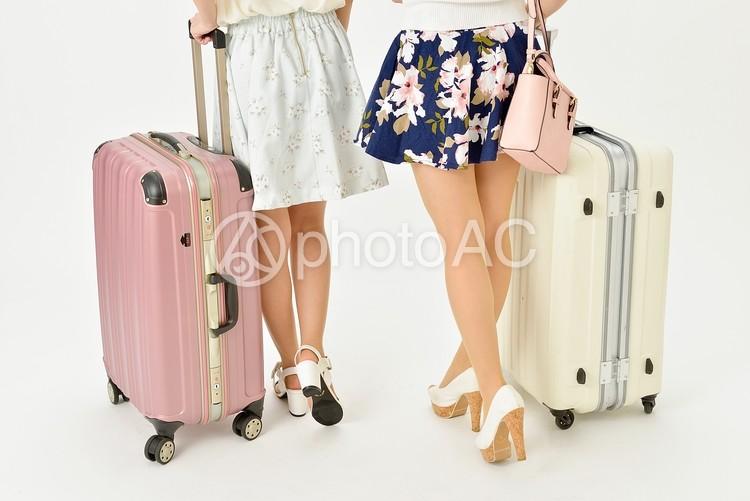 キャリーバッグを持った二人組の女性13の写真