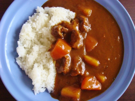 カレー カレーライス 家のカレー 牛肉 ジャガイモ ニンジン 玉ねぎ ご飯 白米 茶色 白 オレンジ スパイス スパイシー 夏 皿 青 食事 家庭の味 手作り 食べ物 おうちご飯