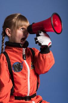 背景 ダーク ネイビー 紺 女の子 女子 女 女児 子ども こども 子供 1人 ひとり 一人  児童 宇宙服 宇宙 服 スペース スペースシャトル 宇宙飛行士 飛行士 オレンジ 希望 夢 将来 未来 体験 職業体験 職業 小道具 小物 ハンドマイク 拡声器 叫ぶ 必死 外国人  mdfk045