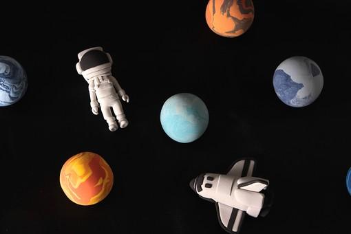 クレイアート ねんど 粘土 立体 イラスト クラフト スタジオ撮影 宇宙 天体 人物 宇宙飛行士 宇宙服 宇宙遊泳 星 惑星 金星 太陽系 宇宙空間 科学 未来 探検 調査 惑星探査 乗り物 宇宙船 スペースシャトル 黒バック 黒背景