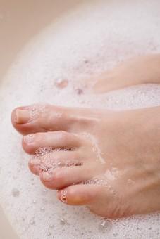 足 脚 あし フット 裸足 素足 女性 女 女子 ウーマン 20代 30代 足元 脚の甲 足の甲 フットケア 両足 両脚 人物 若い 若者 美容 ヘルスケア おしゃれ お洒落 ファッション 白背景 肌 スキンケア 足の指 泡 洗う お手入れ