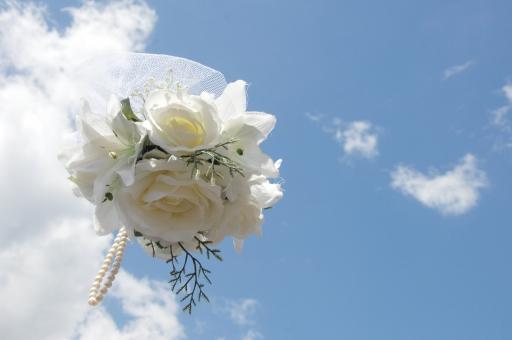 ブーケ ブーケトス 花束 花 花嫁 新婦 ウエディング 結婚 ブライダル 青空 空 雲 晴天 婚礼 結婚式 幸せ 愛 投げる 白