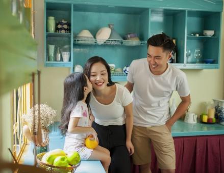 キッチンに居るアジア人ファミリー2の写真