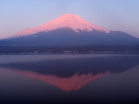 富士山 逆さ富士 映り込み 赤富士 山梨県 山中湖