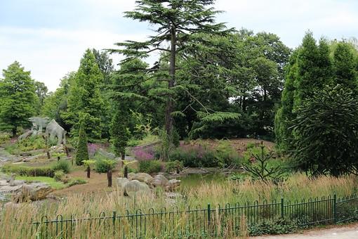 England United Kingdom UK London 倫敦 英国 異国 イギリス ロンドン 世界都市 海外 外国 植物 樹木 木々 緑 茂る 生い茂る 石碑 石 石造り 飾り 葉 リーフ 広場 公園 池 水 水辺 柵 フェンス