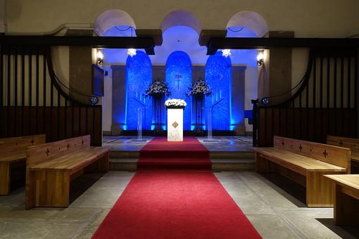 神戸 教会 チャペル 結婚式 ウェディング 誓い 建物 花 植物 建物 挙式 ライトアップ 青 光 白 祭壇  絨毯 赤 バージンロード 歴史 伝統