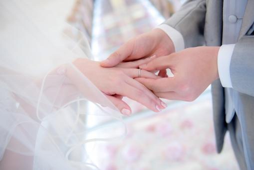 結婚式 挙式 新郎 新婦 指輪 チャペル