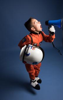 背景 ダーク ネイビー 紺 男の子 男子 男児 男 子ども こども 子供 1人 ひとり 一人  児童 宇宙服 宇宙 服 スペース スペースシャトル 宇宙飛行士 飛行士 オレンジ 希望 夢 将来 未来 体験 職業体験 職業 小道具 小物 ハンドマイク 拡声器 叫ぶ ヘルメット 全身 ジャンプ 外国人  mdmk009