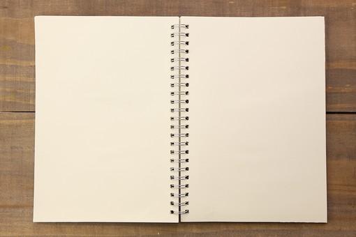 小物 雑貨 文房具 冊子 ステーショナリー 勉強 メモ シンプル デザイン 手書き ぬくもり 親しみ 素材 ナチュラル やさしい レシピ ノート 白 真っ白 余白 リングノート 机 木 茶色 材質
