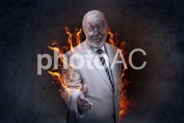 炎をあげるやけどを負った白いスーツの白人男性が握手を求めるの写真