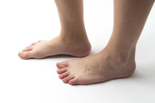 足 脚 あし フット 生足 裸足 素足 女性 女 女子 ウーマン 立つ 起立 20代 30代 足元 脚の甲 足の甲 フットケア 両脚 両足 人物 若い 若者 美容 ヘルスケア 足の爪 肌 スキンケア 白背景 横向き 足の指 ファッション