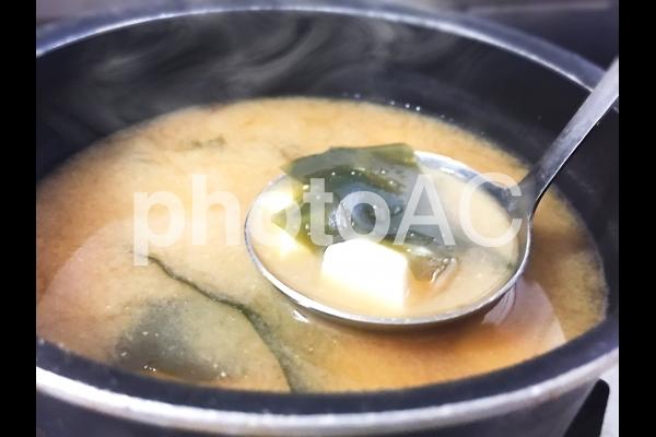 わかめと豆腐の味噌汁を作るの写真