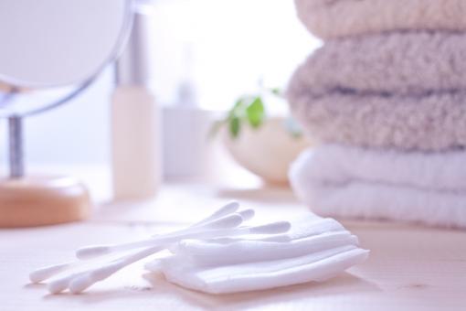 洗面所 洗面 綿棒 コットンパフ タオル リネン 鏡 ミラー お化粧 化粧 メイク 化粧水 光 朝の光 爽やか 清々しい アメニティ グルーミング 身だしなみ