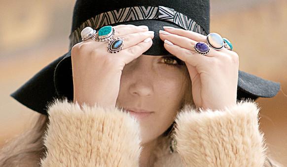外国人 女性 モデル ファッション ポーズ レディース 茶髪 ロングヘアー ハット 帽子 エレガント ニット 毛 アウター ジャケット ふわふわ フワフワ モコモコ クリーム色 ベージュ アースカラー 指輪 ボヘミアン 顔アップ 天然石 アンティーク アップ mdff086