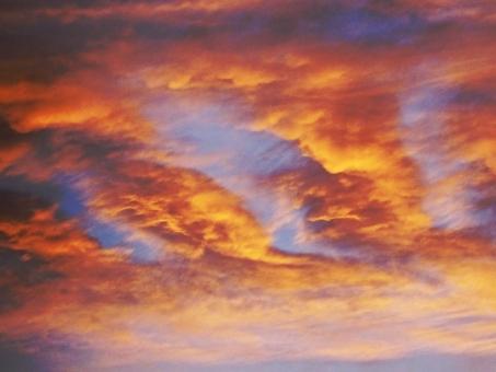 夕日 夕方 雲 オレンジ 夕焼け 自然 青空 不思議 ゆうがた 空 そら 波 なみ 地震雲 地震 くも 帰り 帰る 散歩 景色 色 カラー 天使 神 地球 宇宙 不気味 色合い 幻想的 光