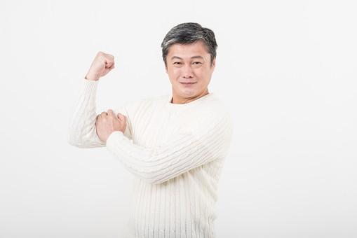 50代 中年 中高年 シニア ポーズ 白背景 白バック  白髪 しらが グレー グレーヘア 短髪 父 お父さん おじさん おじいさん おじいちゃん 目上 セーター 白いセーター 私服 プライベート 筋肉 アピール 二の腕 力こぶ 力持ち 元気   日本人 男性 男 mdjms013