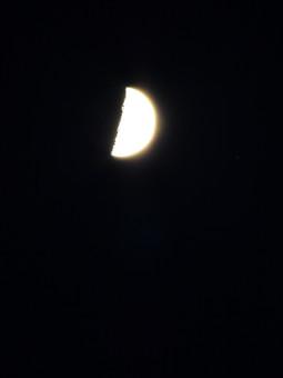 夜空に浮かぶ月の写真