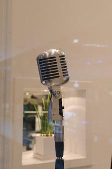 アート 小物 雑貨 物 静物 置く マイク 職業 歌手 歌う レコーディング 収録 放送 録音 シンガー ラジオ 道具 最先端 大きい プロ 銀色 高い 高級 集音 音