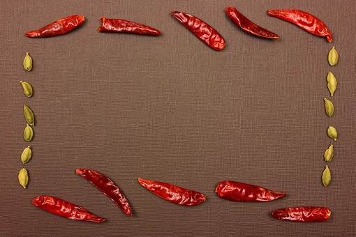 スパイス ハーブ カルダモン グリーンカルダモン レッドチリ 赤唐辛子 ホットスパイス とうがらし トウガラシ 鷹の爪 調味料 香辛料 香料 食べ物 食材 乾燥 フレーム 余白 コピースペース テキストスペース 背景 背景素材 バックグラウンド 茶 赤 緑 枠 囲み枠 実 植物 自然 シンプル 並べる 複数