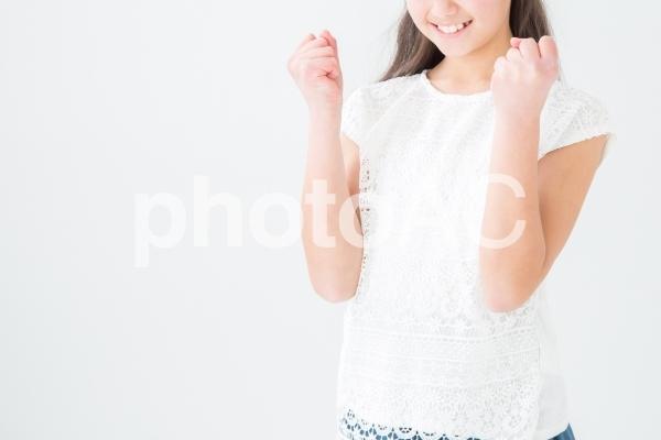 ガッツポーズする女の子の写真