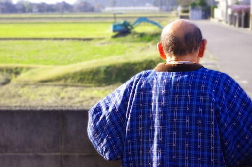 老人 おじいさん 田舎 背中 人物 家族 冬 秋 シニア 屋外 黄昏る 眺める 介護 夏 男性 男 日本人 おじいちゃん