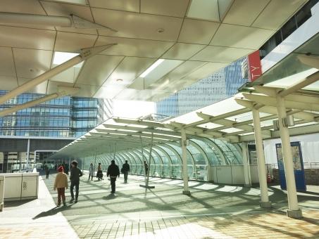 はまみらいウォーク よこはま yokohama 16 ガラス 橋 ガラス 通路 高層ビル ビル 建物 神奈川 日差し 空 冬 建築 デザイン 都会 都市 企業 会社