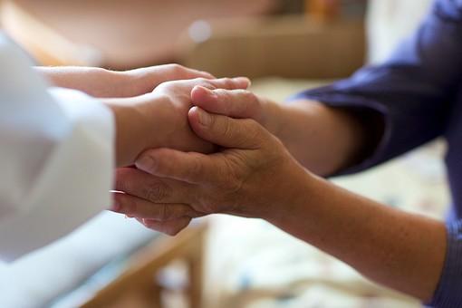 室内 屋内 外国人 老人 高齢者 女性 おばあさん おばあちゃん 患者 女医 白人 白衣 医師 医者 病院 病室 個室 家 自宅 寝室 ベッドルーム 手を持つ 手を握る 握手 両手 包む 手元 手 アップ 接写 訪問 訪問診療