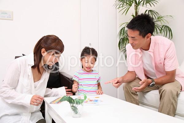 お絵かきする家族1の写真