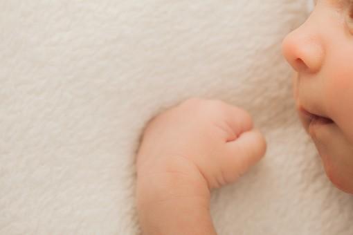 人物 外国人 赤ちゃん 赤ん坊 ベビー ベイビー 新生児 乳児 裸 肌 素肌 顔 手 こぶし しぐさ うつぶせ寝 小さい かわいい 毛布 シーツ 出産 誕生 命 生命 愛情 幸せ 幸福 成長 発育 発達 子育て 育児 ポートレート アップ 余白 スペース