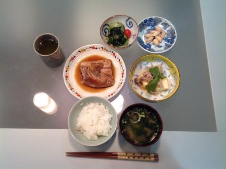 介護食 健康食 バランス食 夕食 老人食 管理栄養士 調理師 献立 メニュー 配膳 病院 魚 わかめ 味噌汁 料理 調理 盛り付け 厨房