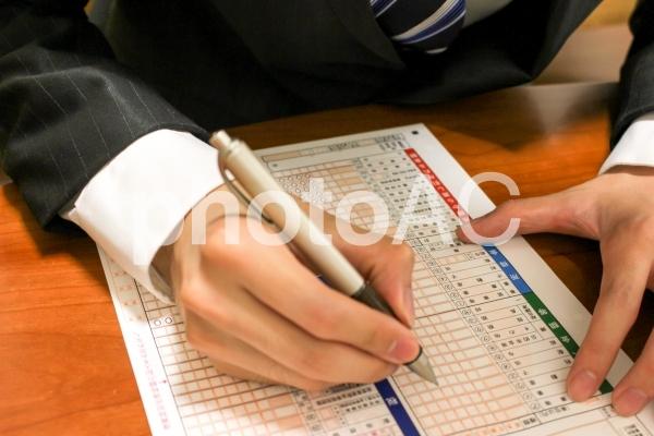 ビジネスマンの確定申告1の写真