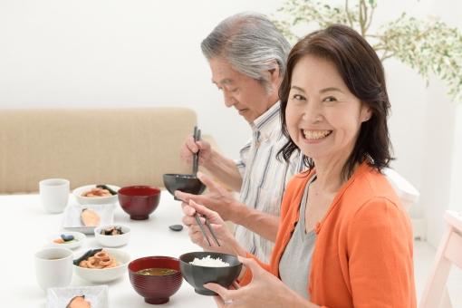 食事をするシニア夫婦47の写真