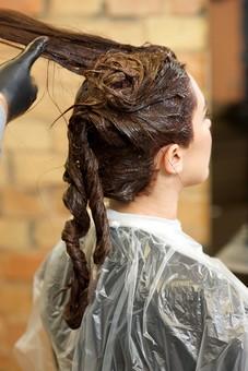 屋内 室内 モデル 外国人 人物 人 人間 大人 女性 女 20代 若い 2人 美容師 ヘアケア 頭 髪 茶髪 部分 手 手元 美容院 美容室 ヘアサロン ヘアダイ 毛染め クローズアップ 色 付ける 塗る ブリーチ 美容 技術 髪の毛 ヘアカラー カラーリング mdff134