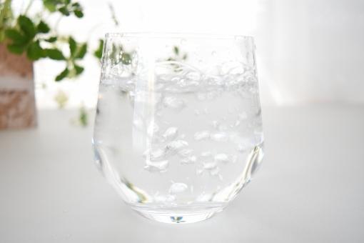 グラス ガラス コップ 水 みず ウォーター 透明 半透明 白 ホワイト しろ 緑 みどり グリーン 爽やか さわやか 夏 なつ サマー 向こう側 水滴 遠近 近い 接近 接写 上 光 ひかり 明るい 涼しげ 涼しい 冷たい 飲み物 飲む 入れる 注ぐ そそぐ 空気 なみなみ 注がれる 食器 カップ 壁紙 背景 テクスチャ テクスチャー 素材 イメージ バックグラウンド バックグランド エコ eco 季節 表現 泡 あわ ぶくぶく ブクブク 気泡 泡立つ ジョボジョボ 濡れる 水しぶき 水泡 多い いっぱい たくさん