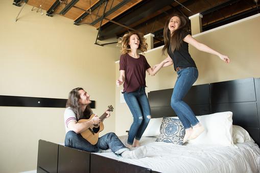 若い 若者 20代 グループ 友達 仲間 外国人 男性 男 女性 女 ロングヘアー 長髪 金髪 フレンド ガールフレンド ボーイフレンド ギター 弾き語り 歌 メロディ ソング 弾く 歌う 聴く 笑う 笑顔 スマイル 座る 飛ぶ 飛び跳ねる ジャンプ 楽しい 楽しむ エンジョイ 手をつなぐ 腕を絡ませる 演奏 背景 ベッド ベッドルーム 髭 無精髭 mdfm046 mdff079 mdff080