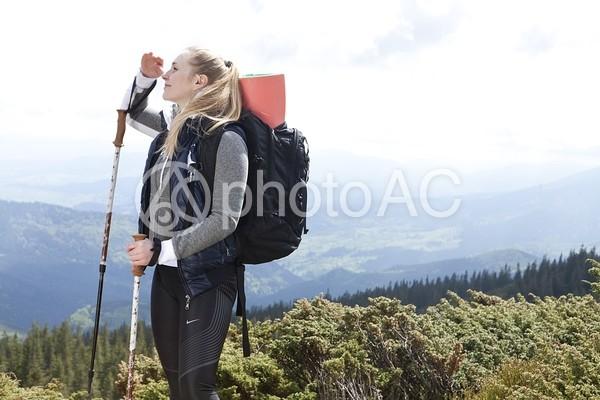 見晴らしの良い場所に立つ女性トレッカー23の写真
