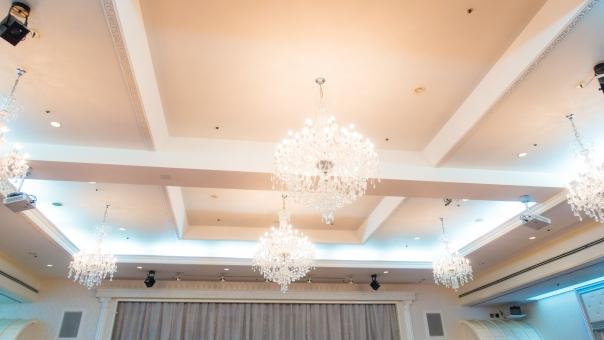 シャンデリア 式場 式典 照明 ライト セレモニー 結婚式 披露宴 天井 室内 会場 華やか