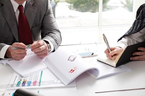 ビジネス 仕事 ビジネスマン 会社 会社員 男性 シャツ スーツ 女性 屋内 室内 オフィス 会議室 ミーティングルーム 机 デスク テーブル 打ち合わせ 会議 ミーティング 話し合い 資料 プリント 図 手元 アップ 検討 手帳 メモ 書く 記入