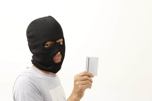 人物 男性 犯罪 犯罪者 犯行 犯人 覆面 マスク カード クレジットカード キャッシュカード 詐欺 盗難 窃盗 泥棒 スリ クレジットカード犯罪 カード犯罪 スキミング フィッシング 不正使用 偽造 悪質 屋内 白バック 白背景 目出し帽 マスク 振込詐欺