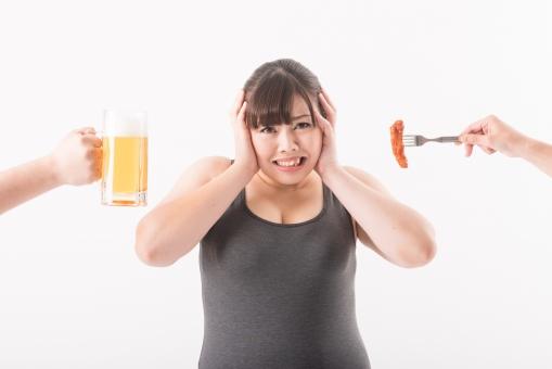日本人 女性 ぽっちゃり 肥満 ダイエット 痩せる 痩せたい 目標 ビフォー アフター 太っている 太り気味 メタボ メタボリックシンドローム 脂肪 体系 ボディー 白バック 白背景 肉 ビール 食べ物 焼き肉 ステーキ 誘惑 食べたい 我慢 悩む 困る 頭を抱える 頭を押さえる mdjf020