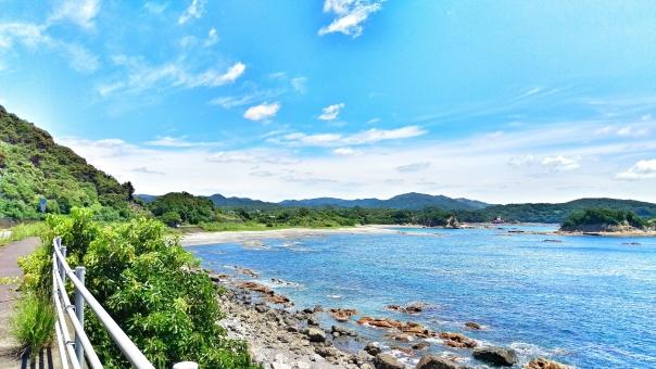 自然 風景 景色 田舎 のどか 晴れ 晴天 快晴 青空 青い ブルー 空 そら スカイ スカイブルー 水色 みずいろ 雲 白い アート 芸術 太陽 ギラギラ まぶしい ひかり 輝き 暑い 夏 サマー 7月 8月 休み たのしい エンジョイ ハッピー 海 海沿い 海辺 浜辺 ビーチ うみ 波 海水浴 水着 サンダル うるおい さかな 岩 風 潮風 さわやか 爽快 気持ちいい リフレッシュ 癒し リラックス さんぽ ドライブ 車 走る 山 木 植物 みどり グリーン 道 道路 サイクリング 自転車 四国 南国 高知