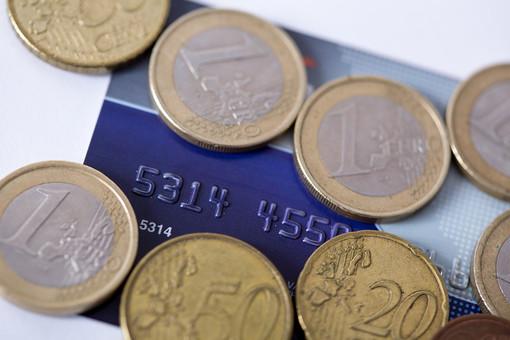 お金 コイン 通貨 貨幣 小銭  つり銭 マネー 外国 外貨 貯金  貯蓄 金融 経済 ビジネス 価値  チップ お釣り ユーロ ヨーロッパ 海外  アップ 白バック 白背景 複数 素材 クレジットカード カード 硬貨 EU ユーロコイン セント 1ユーロ