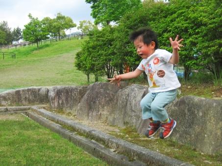 子供 ジャンプ 男の子 子ども 跳ぶ 遊ぶ 笑う 笑顔 喜ぶ こども キッズ 公園 夏 跳ねる 自然 木 芝